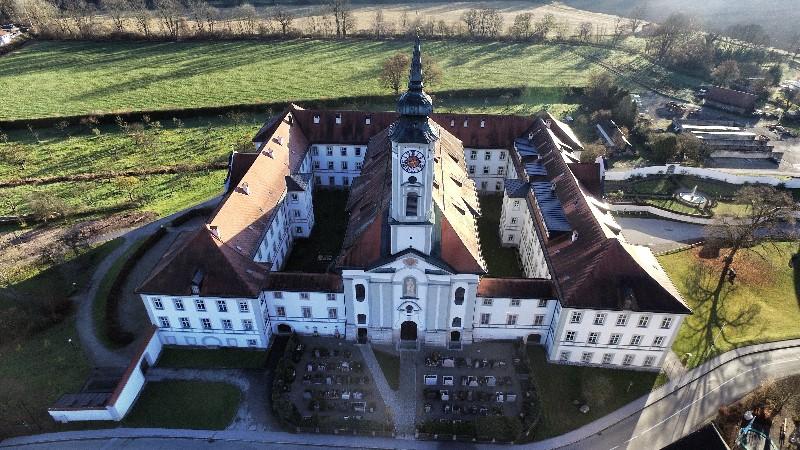 Kloster-Schäftlarn-von-vorne-Kirche-BeautyshotJPG_Snapseed