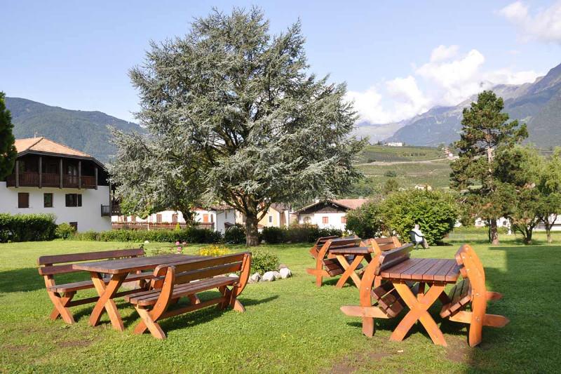 Garten-des-Gästehauses-der-Pallottiner-Casa-Pallotti-in-Meran